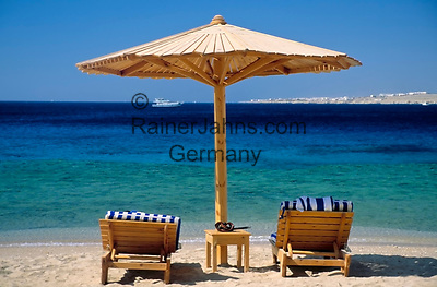 EGY, Aegypten, Sinai-Halbinsel, Sharm El Sheikh: Sonnenschirm und 2 Liegen am Strand | EGY, Egypt, Sinai peninsula, Sharm El Sheikh: parasol and two deck chairs at beach