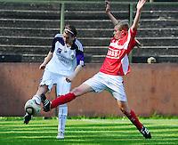 RSC Anderlecht Dames - Standard Femina : Standard kampioen 2010 - 2011 : Lien Kesteloot aan de bal voor Julie Biesmans.foto DAVID CATRY / Vrouwenteam / Loft6