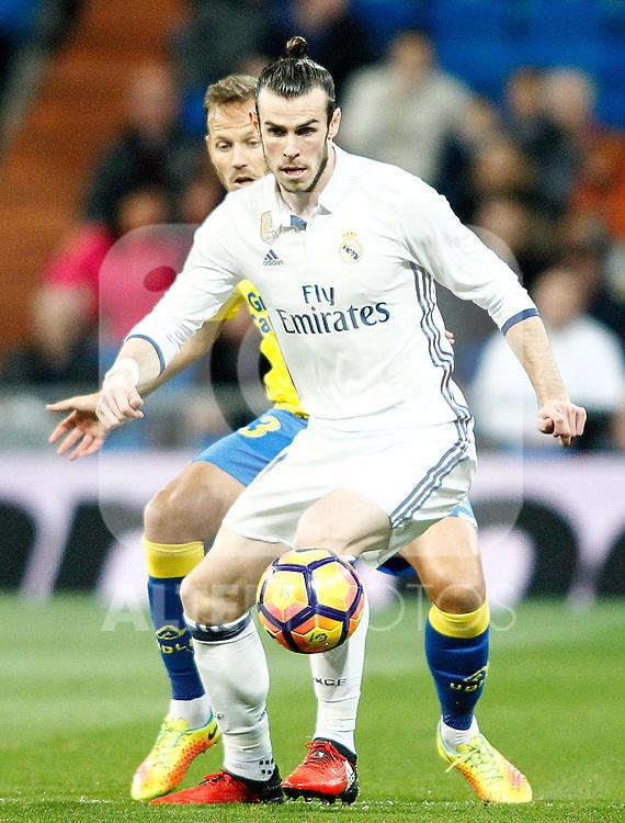 Real Madrid's Gareth Bale (r) and UD Las Palmas' Dani Castellano during La Liga match. March 1,2017. (ALTERPHOTOS/Acero)