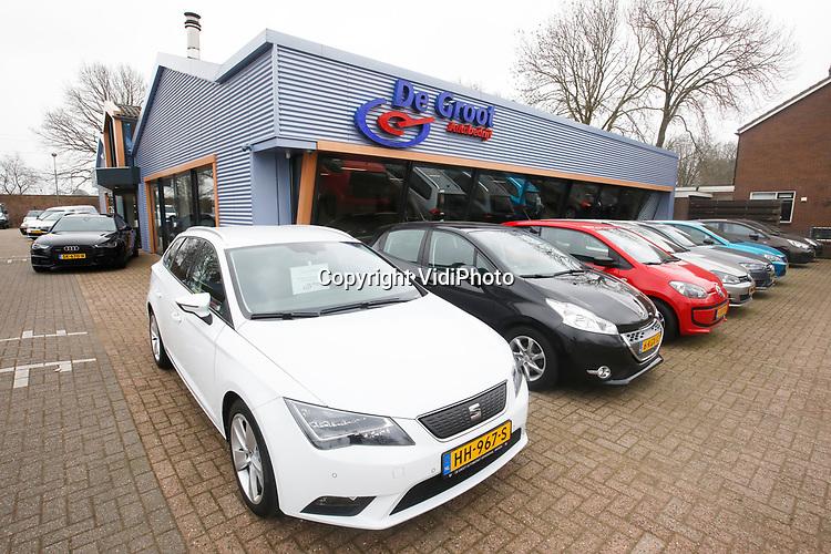 Foto: VidiPhoto<br /> <br /> VEENENDAAL – Autobedrijf De Groot handelt voornamelijk in occassions en heeft een vestiging in zowel Veenendaal als Rhenen. De twee broers Jan en Gerrald vormen samen de directie van het bedrijf.<br /> Foto: De vestiging in Rhenen.