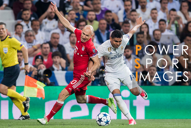 Carlos Henrique Casemiro (r) of Real Madrid competes for the ball with Arjen Robben of FC Bayern Munich during their 2016-17 UEFA Champions League Quarter-finals second leg match between Real Madrid and FC Bayern Munich at the Estadio Santiago Bernabeu on 18 April 2017 in Madrid, Spain. Photo by Diego Gonzalez Souto / Power Sport Images