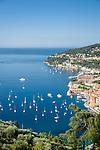 France, Provence-Alpes-Côte d'Azur, Villefranche-sur-Mer: view across old town, port and bay | Frankreich, Provence-Alpes-Côte d'Azur, Villefranche-sur-Mer: Ausblick ueber die Altstadt, den Hafen und die Bucht von Villefranche-sur-Mer