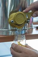 """Honigernte bei den Bundestags-Bienen.<br /> Oliver Krischer, """"Bienen-Vater"""" des Parlaments und Vizechef der Bundestagsfraktion der Gruenen erntete zusammen mit seinem Mitarbeiter Daniel Holstein und dem Imker Dr. Benedikt Polaczeck von der Technischen Universitaet, am Dienstag den 7. August 2018 im Paul-Loebe-Haus den Honig der Bundestagsbienen. Insgesamt wird eine Ernte von bis zu 100 Kilogramm von den drei Bienenvoelkern erwartet.<br /> Die Bienenvoelker wurden 2016 als Zeichen gegen das Bienensterben von der gruenen Bundestagsabgeordneten Baerbel Hoehn aufgestellt.<br /> Im Bild: Der frisch geschleuderte Bundestagshonig.<br /> 7.8.2018, Berlin<br /> Copyright: Christian-Ditsch.de<br /> [Inhaltsveraendernde Manipulation des Fotos nur nach ausdruecklicher Genehmigung des Fotografen. Vereinbarungen ueber Abtretung von Persoenlichkeitsrechten/Model Release der abgebildeten Person/Personen liegen nicht vor. NO MODEL RELEASE! Nur fuer Redaktionelle Zwecke. Don't publish without copyright Christian-Ditsch.de, Veroeffentlichung nur mit Fotografennennung, sowie gegen Honorar, MwSt. und Beleg. Konto: I N G - D i B a, IBAN DE58500105175400192269, BIC INGDDEFFXXX, Kontakt: post@christian-ditsch.de<br /> Bei der Bearbeitung der Dateiinformationen darf die Urheberkennzeichnung in den EXIF- und  IPTC-Daten nicht entfernt werden, diese sind in digitalen Medien nach §95c UrhG rechtlich geschuetzt. Der Urhebervermerk wird gemaess §13 UrhG verlangt.]"""