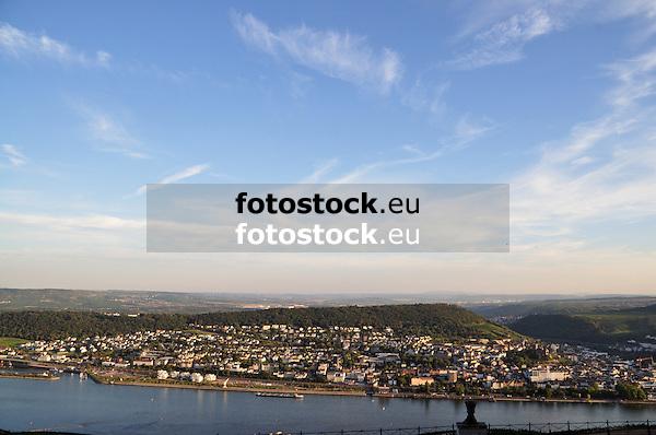 Blick auf Bingen am Rhein und über den Rochusberg hinweg auf Rheinhessen