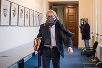 Senatspressekonferenz am Dienstag den 12. Januar 2021.<br /> Matthias Kollatz (SPD), Finanzsenator von Berlin berichtete ueber die Sitzung des Senats und ueber den Beschluss, anlaesslich der steigenden Covid 19-Infektionen in Berlin, dass eine Verordnung beschlossen wurde, nach der die Bewohner der Stadt nicht weiter als 15 Kilometer aus Berlin reisen duerfen. Nur in wenigen Ausnahmefaellen soll dies erlaubt sein, bis eine Inzidenz von unter 200 Erkrankungen binnen 7 Tagen erreicht ist.<br /> Des weiteren berichtete er, dass aufgrund der Einbrueche und erheblicher Mehrausgaben gegenueber der urspruenglichen Planung (vor Corona) das vorlaeufige Jahresergebnis auf ein Minus von 1,5 Milliarden Euro belaeuft.<br /> 12.1.2021, Berlin<br /> Copyright: Christian-Ditsch.de