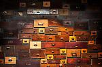 Deutschland, Oberbayern, Landkreis Miesbach, Irschenberg: Verkaufsraum der Dinzler Kaffeeroesterei AG - Schubladen als Wanddekoration | Germany, Upper Bavaria, Irschenberg: Dinzler Kaffeeroesterei AG , coffee roasting plant with sales room - drawers as wall decoration