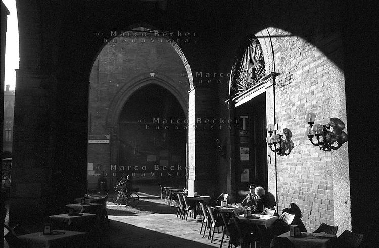 Cremona, piazza del Comune, zona centro. Bar tabacchi sotto ai portici --- Cremona, del Comune square, downtown. Coffee bar under the arcades