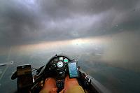 Blick aus einem Cockpit eines Segelflugzeugs: EUROPA, DEUTSCHLAND  (EUROPE, GERMANY), 08.06.2018: Blick aus einem Cockpit eines Segelflugzeugs, Flug durch einen Regenschauer
