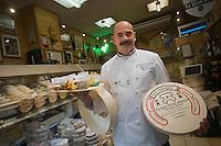 Europe/France/Rhône-Alpes/38/Isère/Grenoble: Bernard Muré-Ravaud Fromager ,dans sa fromagerie : Les Alpages-  Meilleur ouvrier de France