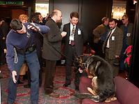Photo d'archive de la GRC et du chien renifleur d'explosifs, Decembre 2001, au Reine-Elizabeth<br /> <br /> <br /> PHOTO :  AGENCE QUEBEC PRESSE