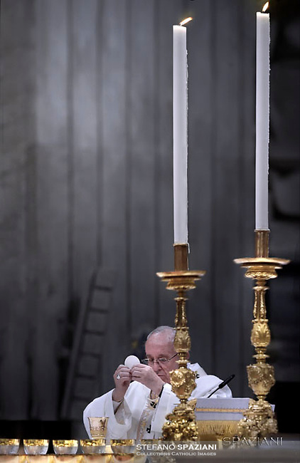 """Pope Francis """"feast of candles"""" during Holy Mass for the Solemnity of the presentation of Our Lord at St Peter's basilica at the Vatican. on Febraury 2, 2017"""