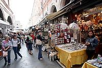 Uno scorcio del mercato di souvenir al Ponte di Rialto, Venezia.<br /> Tourists walk through the souvenir market of Rialto Bridge in Venice.<br /> UPDATE IMAGES PRESS/Riccardo De Luca