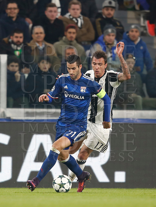 Calcio, Champions League: Gruppo H, Juventus vs Lione. Torino, Juventus Stadium, 2 novembre 2016. <br /> Lyon's Maxime Gonalons, left, is challenged by Juventus' Mario Mandzukic during the Champions League Group H football match between Juventus and Lyon at Turin's Juventus Stadium, 2 November 2016. The game ended 1-1.<br /> UPDATE IMAGES PRESS/Isabella Bonotto