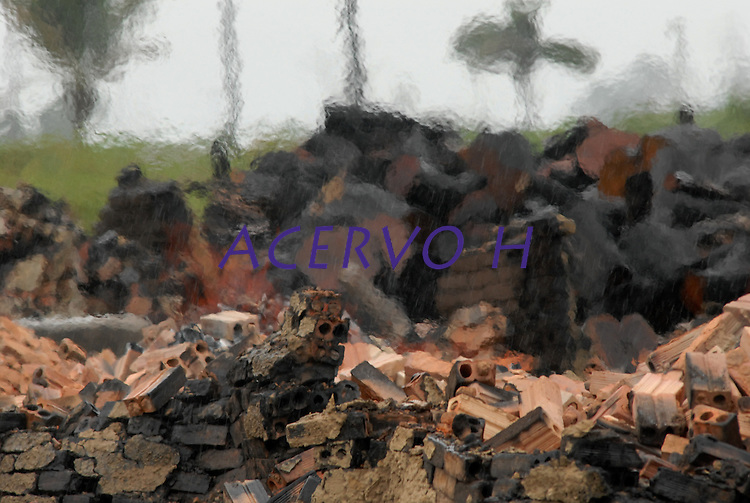 Policiais militares atravessam carvoaria derrubada durante  operação iniciada na última segunda feira as 7:30 horas da manhã nos arredores de Tailândia(sul do Pará), cerca de 120 homens com 30 viaturas,  da Polícia Militar do estado do Pará, polícia civil e agentes do Ibama participam da operação. Já foram apreendidas cerca de 10.000 mts cúbicos de espécimes diversas como Jatobá, Mata mata e angelim  com 4 prisões. Até agora seis serrarias uma carvoaria e uma mineradora(areia) já foram autuadas. <br /> Tailândia , Pará, Brasil.<br /> 15/02/2008.<br /> Foto Paulo Santos/Interfoto