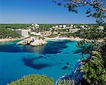 Spain, Balearic Islands, Menorca, Cala De Santa Galdana: bay, beach and resort in the South | Spanien, Balearen, Menorca, Cala De Santa Galdana: Bucht, Strand und Feriensiedlung im Sueden
