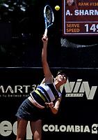 BOGOTÁ-COLOMBIA, 14-04-2019: Amanda Anisimova (USA), sirve a Astra Sharma (AUS), durante partido por la final del Claro Colsanitas WTA, que se realiza en el Carmel Club en la ciudad de Bogotá. / Amanda Anisimova (USA), serves to Astra Sharma (AUS), during a match for the final of the WTA Claro Colsanitas, which takes place at Carmel Club in Bogota city. / Photo: VizzorImage / Luis Ramírez / Staff.