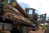 Soldado da Policia militar guarda madeira que será embarcada em balsas e levadas a cidade de Belem pelo rio Mojú.<br /> 25/02/2008<br /> Tailândia Pará Brasil<br /> Foto Paulo Santos Interfoto