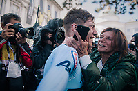 Remco Evenepoel (BEL) smashes the competition and is the new Junior TT World Champion<br /> Straight after finishing he rushes to his parents for an emotional hug; this former soccer prodigy only started riding 1,5 earlier...<br /> <br /> MEN JUNIOR INDIVIDUAL TIME TRIAL<br /> Hall-Wattens to Innsbruck: 27.8 km<br /> <br /> UCI 2018 Road World Championships<br /> Innsbruck - Tirol / Austria