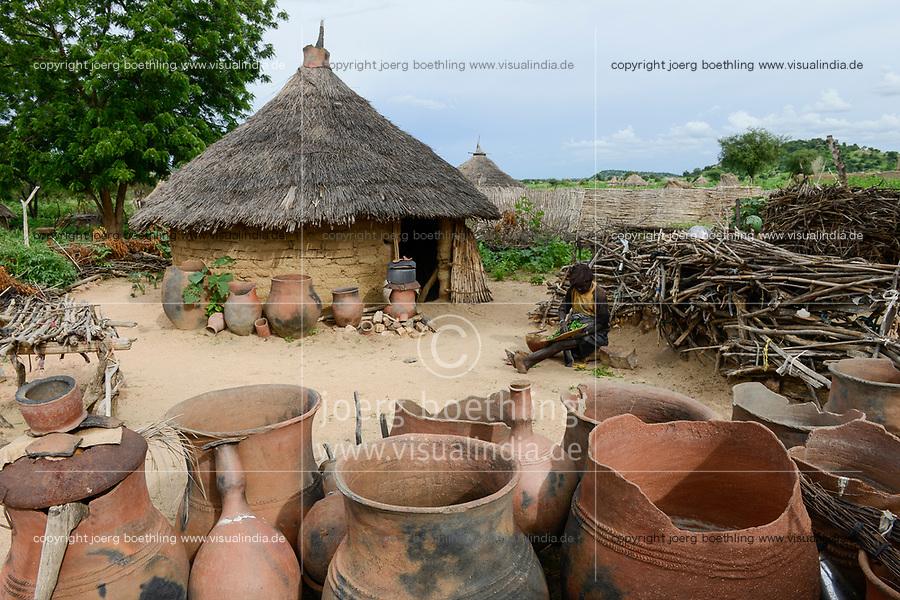 CHAD, Guéra, Bitkine, village Korbo, clay pots for water storage / TSCHAD , Guéra, Bitkine, Dorf Korbo der Volksgruppe Hadjarai o. Hadjerai, Tonkruege als Wasserspeicher