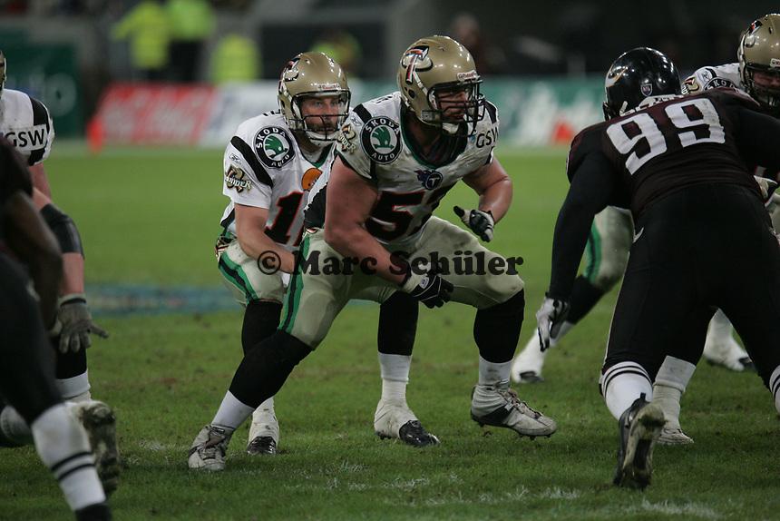 Lang Campbell (Quarterback Berlin Thunder) hat den Ball und der Spielzug geht los