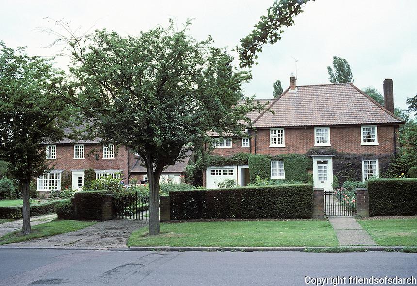 Welwyn: Welwyn Garden City. Standard free-standing Georgian houses, Sherrardspark Road. Photo '87.