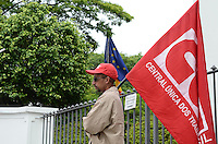 ATENCAO EDITOR: FOTO EMBARGADA PARA VEICULOS INTERNACIONAIS. SAO PAULO, SP, 14 DE NOVEMBRO DE 2012 - Força Sindical e as demais centrais durante ato em solidariedade aos trabalhadores e sindicalistas europeus que entram em greve geral nesta quarta feira, 14. O protesto acontece em frente ao Consulado da Espanha, na Avenida Brasil, regiao sul da capital nesta manha.  FOTO: ALEXANDRE MOREIRA - BRAZIL PHOTO PRESS.