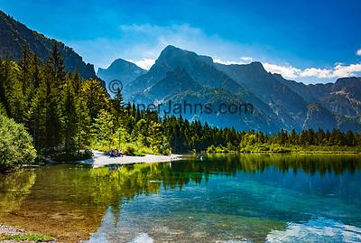 Oesterreich, Oberoesterreich, Salzkammergut, bei Gruenau im Almtal: Naturschutzgebiet Almsee in Grünau, im Hintergrund Totes Gebirge   Austria, Upper Austria, Salzkammergut, near Gruenau im Almtal: nature reserve lake Almsee