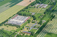 Konzentrationslager Neuengamme: EUROPA, DEUTSCHLAND, HAMBURG, (EUROPE, GERMANY), 20.05.2020: Konzentrationslager Neuengamme, KZ-Gedenkstätte, SS Hauptwache mit Wachturm, Häftlingsblock 1-4, Bildmitte, Fundamente der Häftlingsblocks,