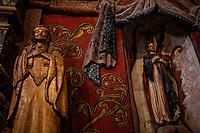 Arizona Tucson Mission of Saint Xavier del Bac, spanish Catholic mission statua di santo con fattezze indiane