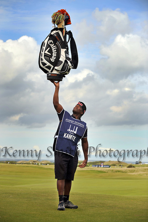 Pic Kenny Smith............. 05/10/2009.Dunhill Links Championship, St Andrews Links final day, Hugo Benson caddie for James Kamte shows off his strength and balancing skills as he holds aloft a full bag of clubs on the 17th tee