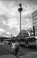 berlino, quartiere mitte. venditore ambulante di hot dog in alexander platz e la torre della televisione (fernsehturm)--- berlin, mitte district. a hot dog hawker in alexander platz and the television tower (fernsehturm)