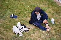 Europe/France/Bretagne/35/Ille et Vilaine/Saint-Malo: Vieil homme nourrissant les chats