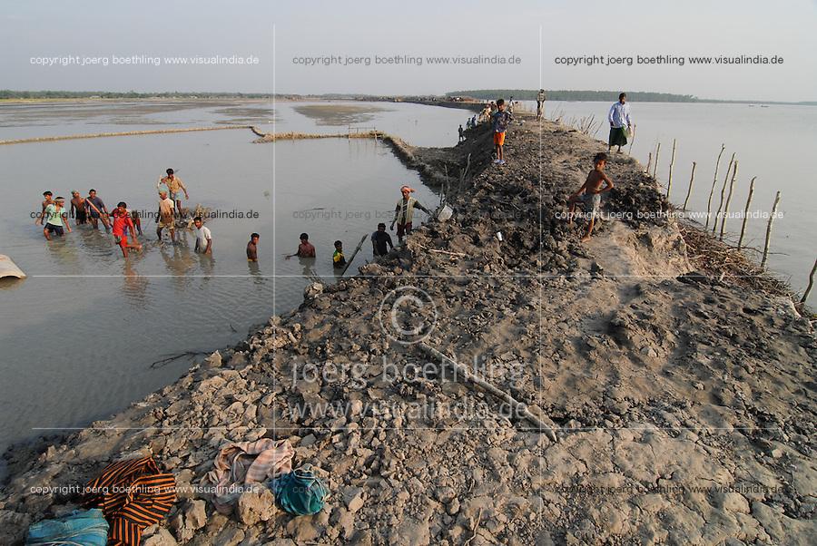 BANGLADESH, Division Khulna, village Kalabogi at river Shibsha close to the Bay of Bengal , villagers repair embarkment as flood protection / BANGLADESCH, Dorf Kalabogi am Fluss Shibsha, Dorfbewohner bauen Deiche aus Lehm als Kuestenschutz und Flutschutz