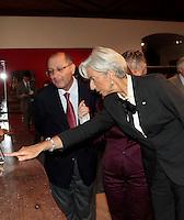 SAO PAULO, SP, 02 DE DEZEMBRO DE 2011 - ENCONTRO CHRISTINE LARGADE - O governador do Estado Geraldo Alckmin ao lado da diretora Fundo Monetários Internacional Christine Lagarde no Palacio dos Bandeirantes durante visita a exposição de presépios de treze nacos  na tarde desta sexta-feira, 02. (FOTO: WILLIAM VOLCOV - NEWS FREE).
