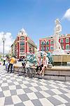 France, Provence-Alpes-Côte d'Azur, Nice: fountain at Place Masséna at centre | Frankreich, Provence-Alpes-Côte d'Azur, Nizza: Brunnen am Place Masséna im Zentrum
