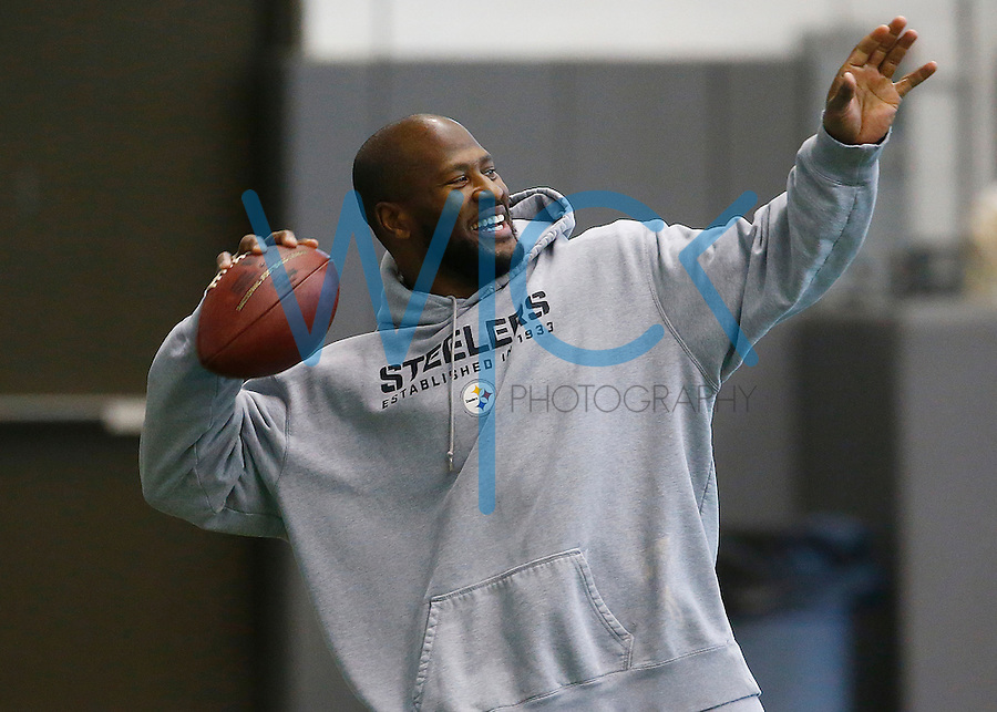 James Harrison #92 of the Pittsburgh Steelers practices at the Rooney Sports Complex on January 13, 2016 in Pittsburgh, Pennsylvania. (Photo by Jared Wickerham/DKPittsburghSports)