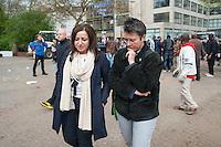 Abbau des Fluechtlingscamp auf dem Oranienplatz.<br /> Am Morgen des 8. April 2014 begannen in Berlin-Kreuzberg die Fluechtlinge mit dem Abbau des Camp auf dem Oranienplatz. Nach fast 2 Jahren wurde eine Loesung fuer die Unterbringung der Fluechtlinge gefunden. Jedoch koennen nicht alle Fluechtlinge in die angebotene Unterkunft und stehen nun vor der Situation, keine Bleibe mehr zu haben. Sie weigerten sich Ihre Unterkuenfte abzureissen, so dass es zum Streit unter den Fluechtlingen kam - die angebotene Unterkunft kann erst bezogen werden, wenn alle Zelte und Huetten abgerissen sind.<br /> Die Stadtreinigung entsorgt die abgerissenen Zelte und Huetten.<br /> Die Polizei war bis in die Mittagsstunden nur in mit wenigen Zivilbeamten vor Ort. Als eine Baufirma auf Anweisung des Bezirks anfing den Oranienplatz und die letzten darauf befindlichen Zelte und Menschen einzuzaeunen, enfernten die Menschen den Zaun und unterbanden diese Aktion. Daraufhin sperrte die Polizei sofort mit mehrere Einsatzhundertschaften den Platz komplett ab. Es befanden sich zu diesem Zeitpunkt nur noch etwa 100 Menschen dort. Sie versuchten mit einer Sitzblockade gegen die angekuendigte polizeiliche Rauemung zu verhindern, wurden jedoch z.T mit Gewalt vom Platz verbracht. Einige wenige Menschen fluechteten auf einen Baum und weigerten sich herunter zu kommen.<br /> Der Platz wurde sofort nach der Raeumung erneut eingezaeunt.<br /> 8.4.2014, Berlin<br /> Copyright: Christian-Ditsch.de<br /> [Inhaltsveraendernde Manipulation des Fotos nur nach ausdruecklicher Genehmigung des Fotografen. Vereinbarungen ueber Abtretung von Persoenlichkeitsrechten/Model Release der abgebildeten Person/Personen liegen nicht vor. NO MODEL RELEASE! Don't publish without copyright Christian-Ditsch.de, Veroeffentlichung nur mit Fotografennennung, sowie gegen Honorar, MwSt. und Beleg. Konto:, I N G - D i B a, IBAN DE58500105175400192269, BIC INGDDEFFXXX, Kontakt: post@christian-ditsch.de<br /> Urhebervermerk wird gemaess P