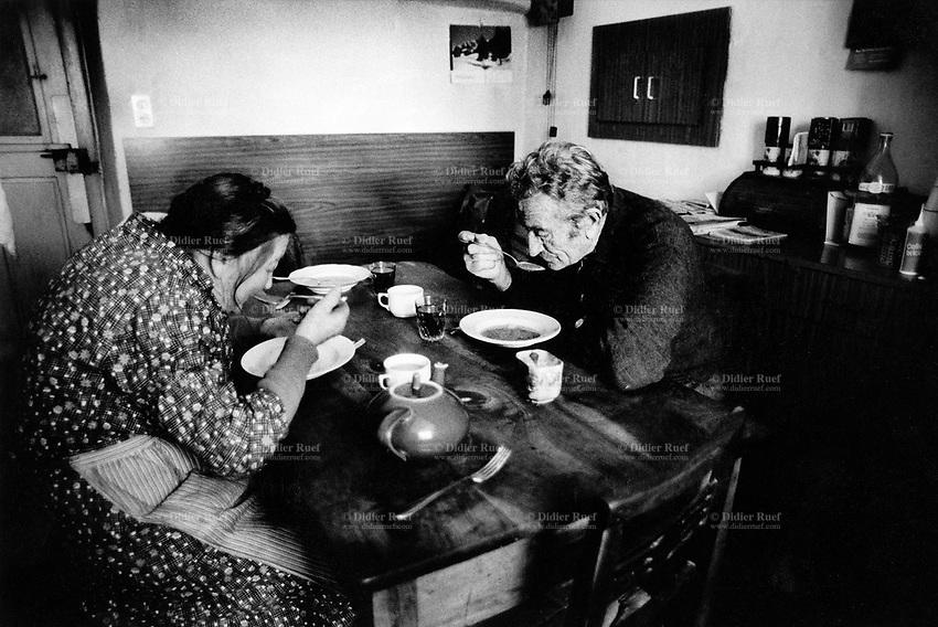 Switzerland. Canton Graubunden. Soglio. Bregaglia valley. Old couple eats soup for lunch. Swiss alpine farmers. Alps mountains peasants.  © 1996 Didier Ruef