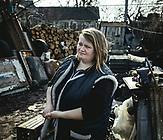 Oksana aus Trochisbenka in der Ostukraine kämpft sich durch. Ihr Dorf liegt auf ukrainischer Seite in unmittelbarer Nähe zur Frontlinie mit den besetzten Gebieten nahe Luhansk. Sie hat ihren Mann vor einiger Zeit überzeugt, gemeinsam Blumen im Gewächshaus anzubauen und sie auf der anderen Seite der Grenze zu verkaufen. Das Paar verdiente sich damit wie viele andere, die den Ort nicht verlassen haben, ihren Lebensunterhalt. Mittlerweile stehen aber auch Blumen auf einer ukrainischen Liste von Gütern, die nicht mehr über die Grenze gebracht werden dürfen.