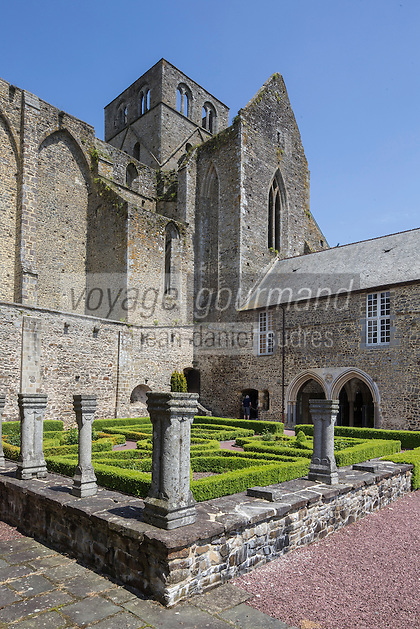 France, Manche (50), Cotentin,Hambye: Abbaye de Hambye, L'abbaye Notre-Dame de Hambye est une abbaye bénédictine -le  cloître // France, Manche, Cotentin, Hambye: Hambye abbey is a Benedictine medieval monastery located in the countryside of Normandy - The cloister