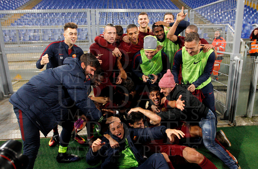 Calcio, Serie A: Lazio vs Roma. Roma, stadio Olimpico, <br /> Roma's players celebrate at the end of the Italian Serie A football match between Lazio and Rome at Rome's Olympic stadium, 4 December 2016. Roma won 2-0.<br /> UPDATE IMAGES PRESS/Riccardo De Luca