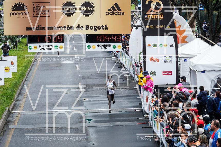 BOGOTÁ -COLOMBIA, 28-07-2018: Aspecto de los participantes en la media maratón de Bogotá 2019, mmB. Con sus tradicionales 21km, en esta ocasión el ganador del tercer puesto en elite varones fue John Lotiang de Kenya, con un tiempo de 1h 04m 45s, y en elite mujeres Bedatu Hirpa de Ethiopia con un tiempo de 1h 13m 17s. / Aspect of the people during the half marathon of Bogota 2018, mmB. With its 21Km in this edition the winner of the third Place was John Lotiang of Kenya in elite men category with a time of 1h 04m 45s, and in elite women the winner was Bedatu Hirpa of ethiopia with a time of 1h 12m 16s. Photo: VizzorImage / Diego Cuevas / Cont