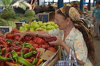 Asie/Israël/Galilée/Golan/Kyriat Shemona: femme choisissant ses poivrons sur le marché
