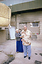Irak 2000  Latif Abdallah, policier, avec sa femme et son dernier né, devant son logis. Il vit dans un ancien camp militaire irakien avec d'autres familles de déplacés.       Iraq 2000  A policeman and his family living in a former Iraqi military camp