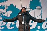 """La chanteuse Angélique Kidjo, ambassadrice des Nations-Unies et de l'ONG anglaise Oxfam, s'adresse à la foule rassemblée devant le parlement avant la manifestation Environ 100,000 personnes ont défilé à Copenhague le 12/12/2009 sous le thème """"Changeons le système pas le climat""""."""