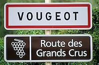 France/21/Côte d'Or/Vougeot: Panneau d'entrée du village