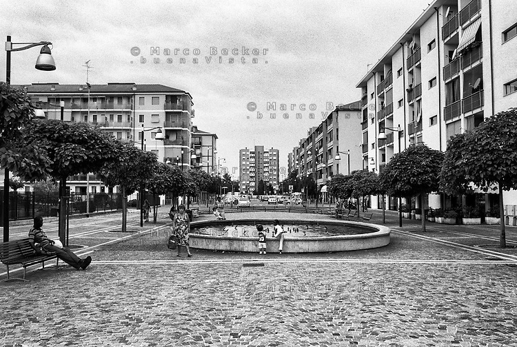 Milano, quartiere Quarto Oggiaro, periferia nord. Fontana in via Federico de Roberto --- Milan, Quarto Oggiaro district, north periphery