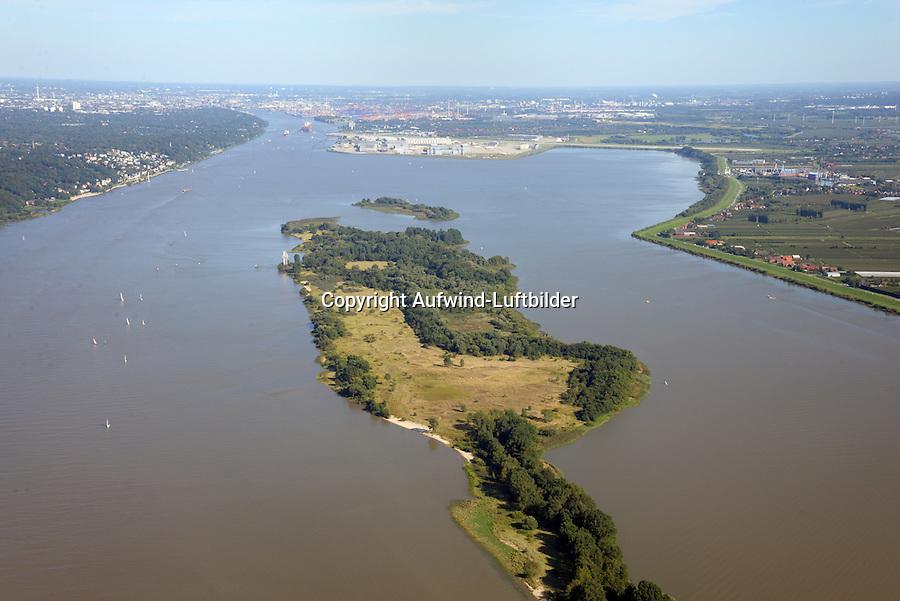 Schweinesand: EUROPA, DEUTSCHLAND, HAMBURG, NIEDERSACHSEN, SCHLESWIG- HOLSTEIN (EUROPE, GERMANY), 31.08.2016:  Blick von Schweinesand in Richtung Hamburg. Auf Höhe Blankenese befindet sich die Elbinsel Schweinesand, Nesssand, Hanskalbsand in Fluss. Der Strom hat hier eine Breite von bis zu 2,5 Kilometern und ist den Gezeiten unterworfen, so dass er flach und von zahlreichen Untiefen, Wattflächen und Inseln durchsetzt ist.