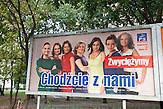 """Lange hat sich die nationalkonservative Partei (PiS) von Jaroslaw Kaczynski gegen Frauenquoten in der polnischen Politik gewehrt. Bei den anstehenden Parlamentswahlen wird es zwar eine geben. Doch die Partei hat sie geschickt genutzt, um kurz vor den Wahlen sieben hübsche, junge, aber völlig unerfahrene Kandidatinnen ins Rennen zu schicken. Sie werben mit dem Spruch: """"Wir werden siegen. Geh mit uns!""""/ The national conservativ party (PiS) of Jaroslaw Kaczynski has been resisting a proportion of women in Polish politics. Now, they agreed to it due to the upcoming elections. But the party has used a trick: seven young and beautiful, but unexperienced women will go for the elections. The poster says: """"We will win. Go with us!""""."""