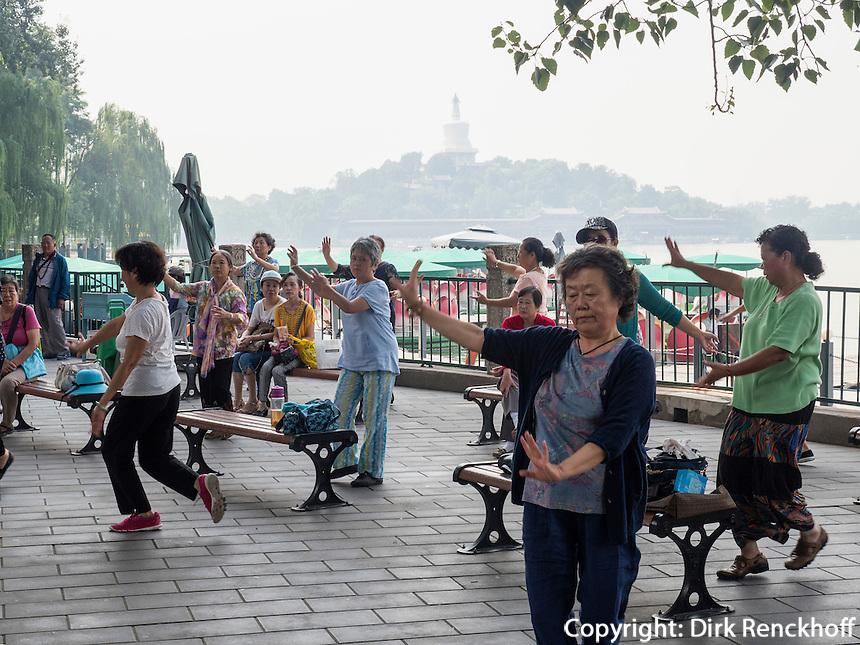 Gymnastik im BeiHai Park, Peking, China, Asien<br /> Gymnastics  in Beihai Park, Beijing, China, Asia